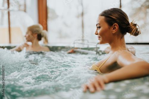 Młoda kobieta relaksuje w wannie z hydromasażem