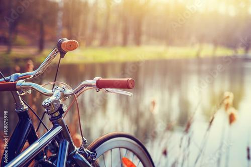 Dwa roweru stoi na brzeg lasowy jezioro.