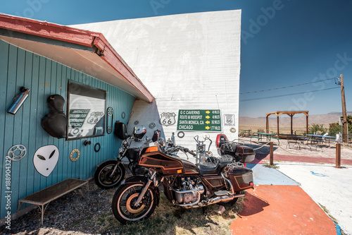 Fotobehang Fiets Old motorcycle near historic route 66 in California