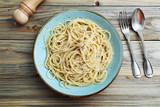 pasta italiana spaghetti con formaggio e pepe su sfondo tavolo di cucina - 188908719
