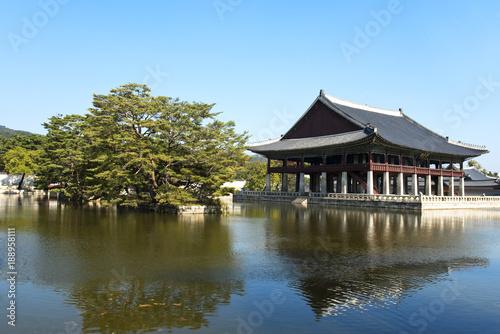 Tuinposter Seoel Palast Gyeongbokgung, Pavilion Gyeonghoeru in Seoul, Südkorea