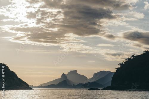 Fotobehang Rio de Janeiro Bucht von Rio de Janeiro in der Abendsonne