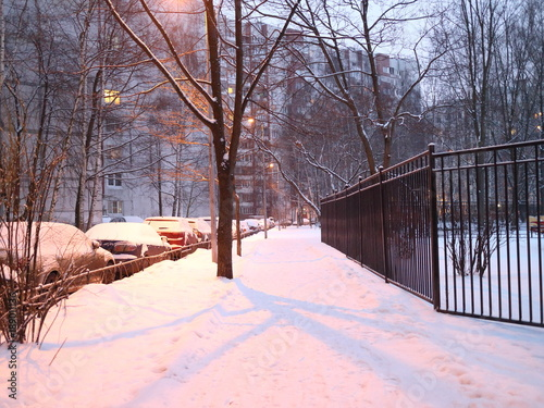Aluminium Lichtroze snow-covered pedestrian path in the park