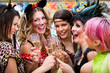Leinwanddruck Bild - Frauen an Weiberfastnacht im Fasching stoßen mit Sekt an