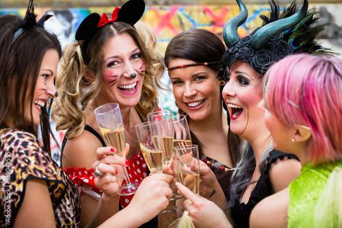 Leinwanddruck Bild Frauen an Weiberfastnacht im Fasching stoßen mit Sekt an
