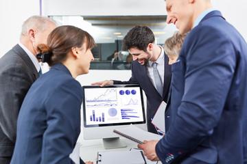 Gruppe Geschäftsleute schaut auf Diagramme