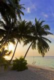 Sonnenuntergang am Maledivenstrand mit Hängeschaukel - 189182380