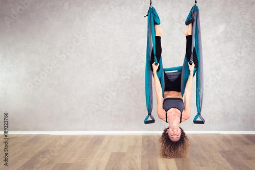 Fotobehang School de yoga Yoga in sospensione