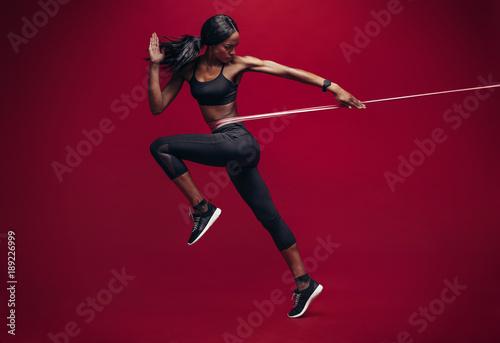 Sporty kobieta ćwiczy z oporu zespołem