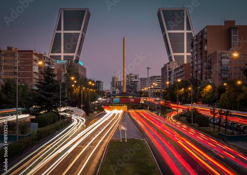 Foto op Plexiglas Nacht snelweg Hora punta y hora azul en la ciudad