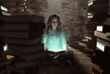Frau liest zwischen Bücherstapeln - 189347193