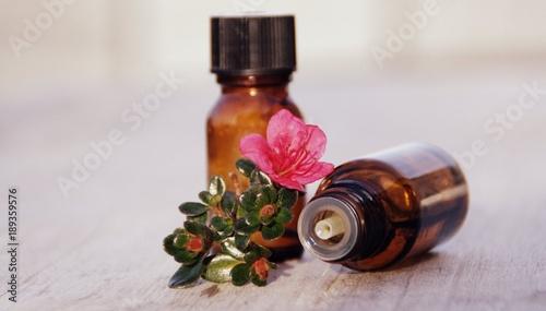 Fotobehang Azalea flacons d'huile essentiellr d'azalée