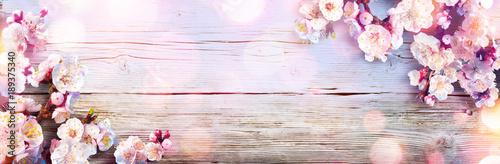 Banner Wiosna - Różowe kwiaty na drewnianej desce