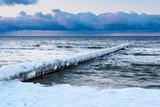 Buhne an der Ostseeküste in Zingst im Winter - 189377926