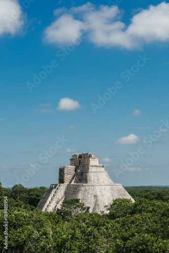 Tuinposter Blauwe jeans pyramide in Uxmal Mexico