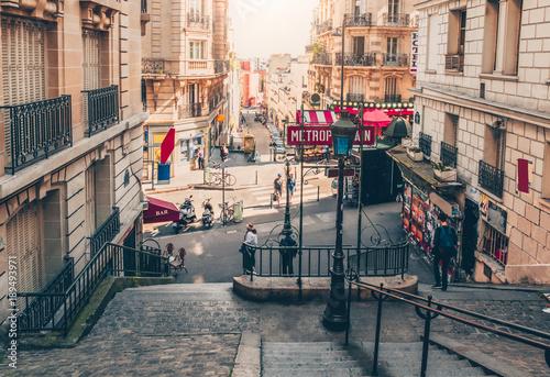 typowy-montmartre-schody-i-wejscie-do-paryskiego-metra-metra-w-paryzu-francja
