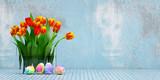 Blumenstrauß mit Tulpen zu Ostern neben Ostereiern