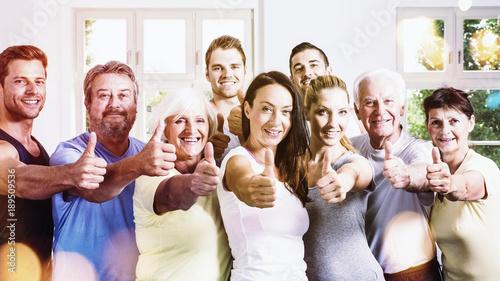 Gruppe beim Fitness mit Daumen hoch