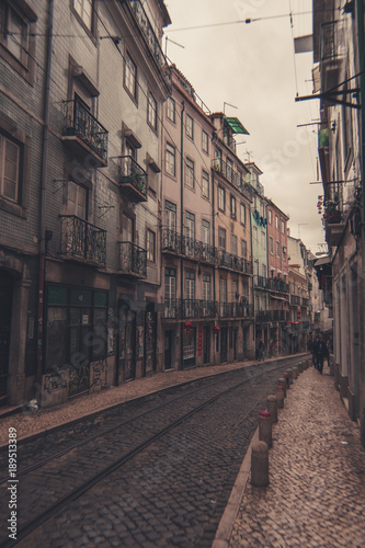 Fotobehang Smalle straatjes Lisbon Portugal