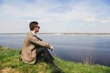 Бизнесмен, медитация на природе