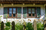 Okna starej chaty w skansenie w Maurzycach koło Łowicza - 189597375