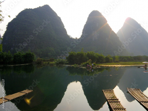 Keuken foto achterwand Guilin Reflection of mountains on lake with bamboo boats