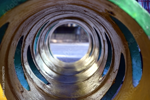 Tunnelblick durch ein farbiges Betonrohr