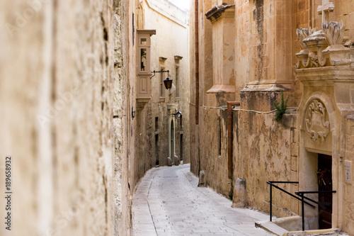 Deurstickers Smal steegje Wąska uliczka, alejka w zabytkowym mieście, Malta, Mdina