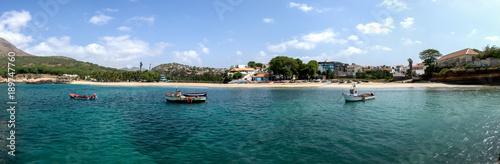 Die Boote in einer Bucht bei Tarrafal auf den Kap Verden