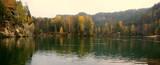 Piękne górskie, polodowcowe jezioro w czeskiej miejscowości Adelsbach przy parku Skalne Miasto - 189784331