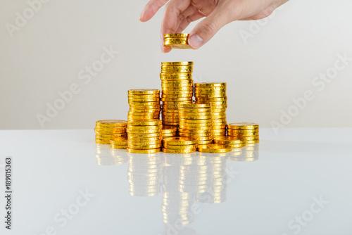 Dużo pieniędzy Złote monety Białe tło