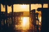 Beeindruckender Sonnenuntergang in einer Bar mit reflektierendem Boden - 189857341