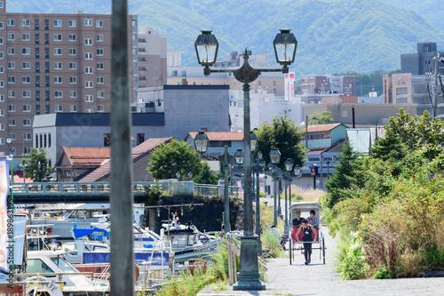 晴れた日の小樽運河を走る人力車 / 北海道 小樽市の観光イメージ
