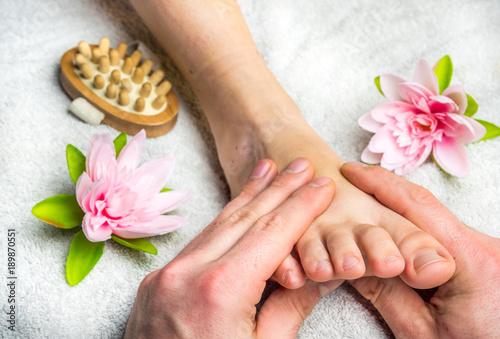 Leinwanddruck Bild wohltuende Fußmassage