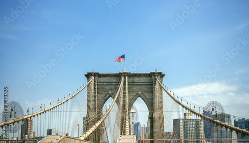 Foto op Aluminium Brooklyn Bridge View of Brooklyn Bridge towers over blue sky with Manhattan skyline on background, in New York City