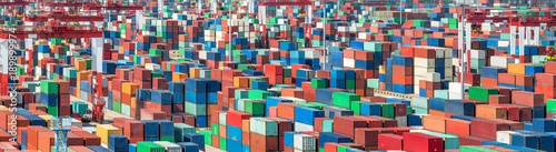 Aluminium ISO Container im Hafen bereit für den Export mit dem Schiff