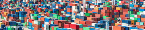 Aluminium ISO Containter im Containerterminal bereit zum Verladen