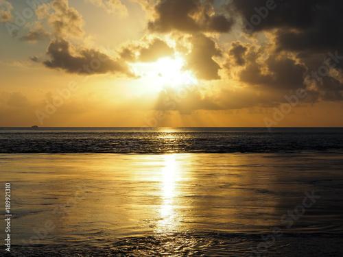 Foto op Canvas Zee zonsondergang Coucher de soleil dans le pacifique