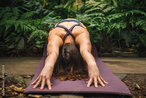 Keuken foto achterwand School de yoga Female yoga instructor stretching on a mat at botanical garden