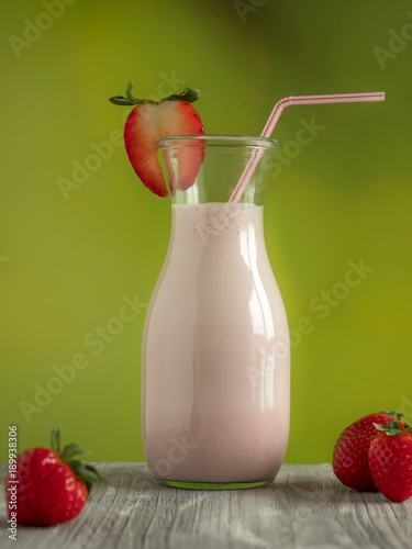 Deurstickers Milkshake Milchshake Erdeeren und Strohhalm