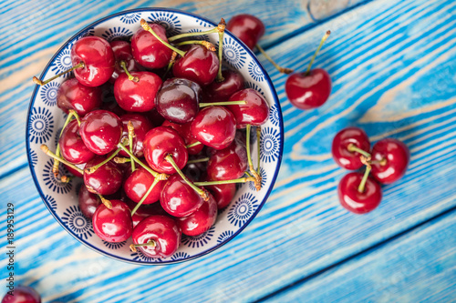Fotobehang Kersen Fresh cherries in a blue bowl.