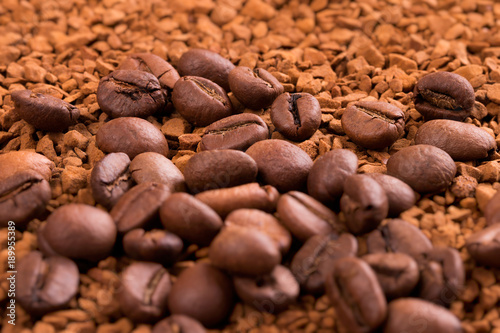 Papiers peints Café en grains Instant coffee and whole coffee beans