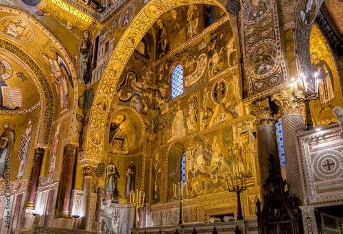 In de dag Barcelona Saracen arches and Byzantine mosaics within Palatine Chapel of the Royal Palace in Palermo, Sicily, Italy