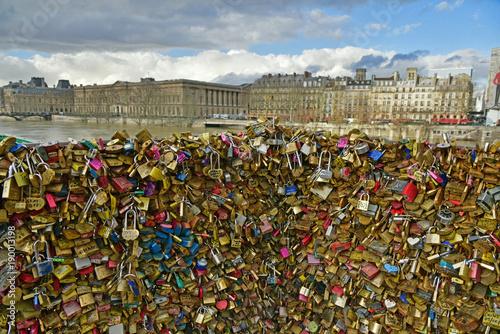 Grappes de cadenas sur une balustrade à Paris