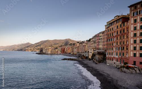 Poster Liguria Edificios de Camogli, espléndido pueblo en golfo Paradiso, en Ribera Italiana de Levante típico pueblo de pescadores y marineros