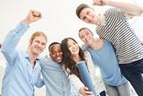 Studenten jubeln über erfolgreichen Abschluss - 190088755