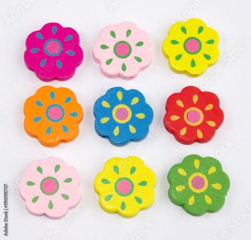 dekoracja z drewnianych kolorowych kwiatów
