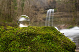 Wasserfal mit Kristallkugel - 190128979