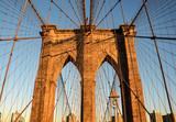 Atardecer reflejado en una de las majestuosas puertas del puente de Brooklyn, que une este distrito con la Isla de Manhattan en Nueva York - 190148579
