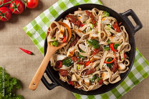 Whole-grain tagliatelle pasta with grilled chicken. - 190199540
